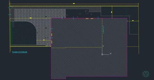 Plano exterior de  una casa; el fondo está en gris oscuro y el dibujo del plano de la vivienda es en diferentes colores: amarillo, verde, magenta y blanco